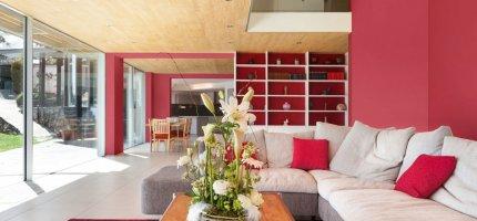 Nowoczesny, stylowy salon w kolorach czerwieni - aranżacje