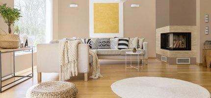 Nowoczesne zestawienia kolorów ścian do salonu z kominkiem
