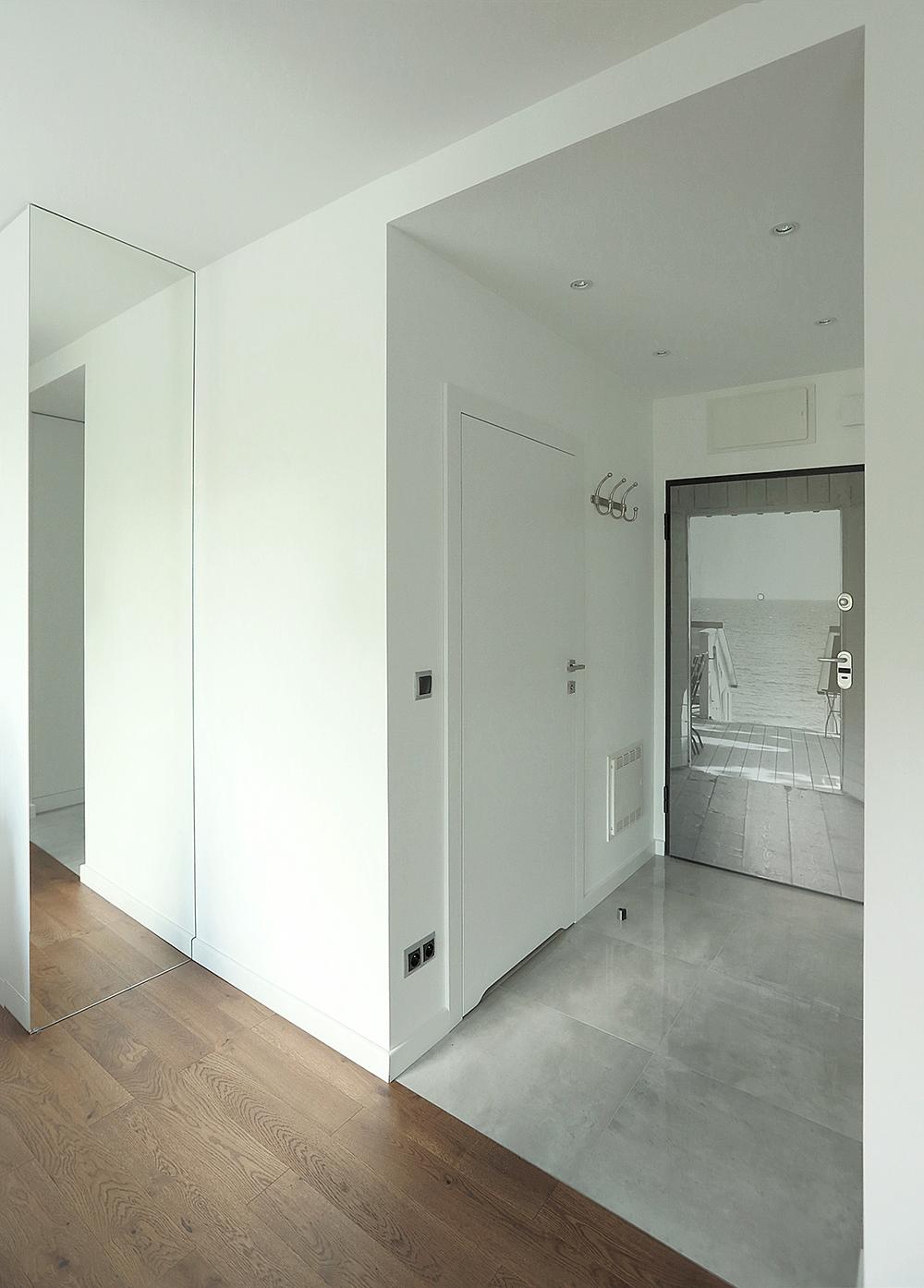 biały korytarz drzwi