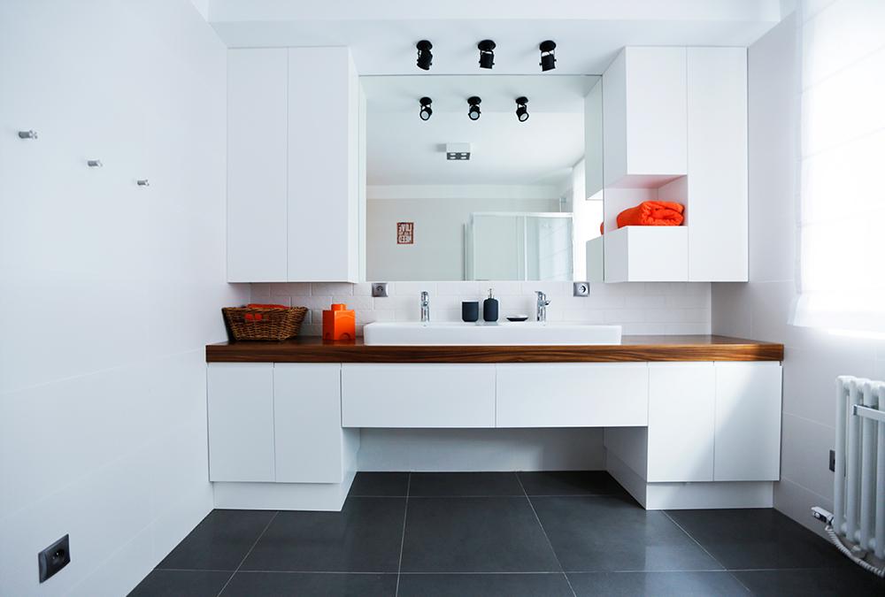 biala minimalistyczna łazienka