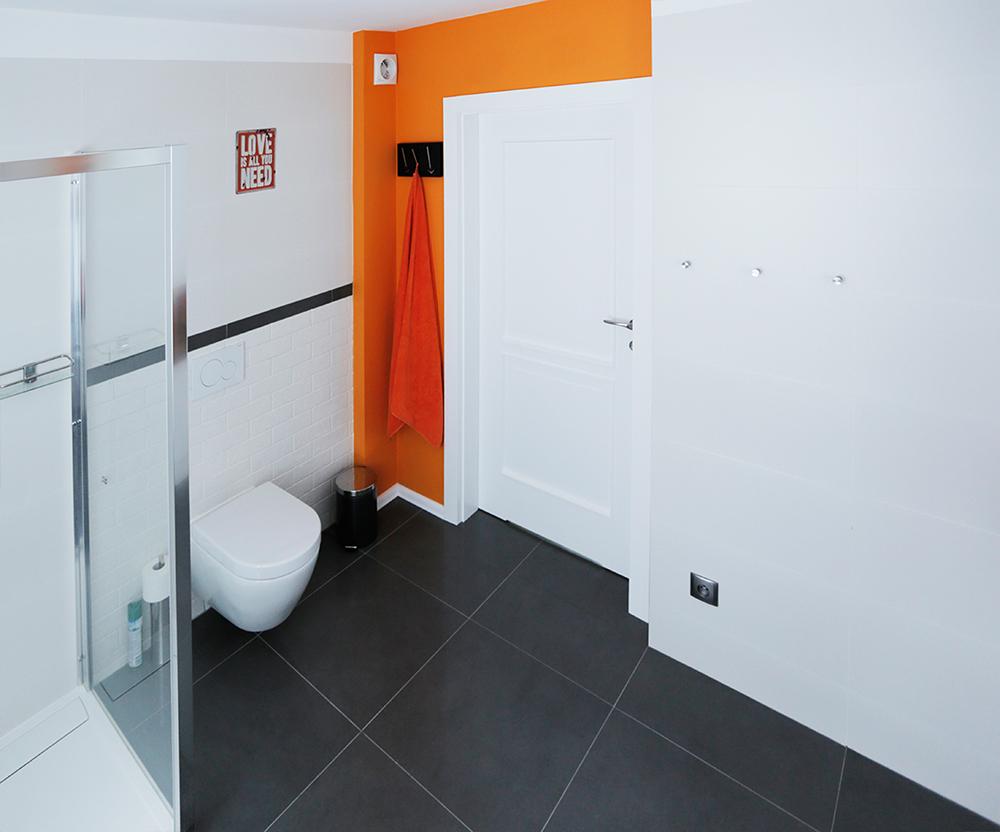 pomaranczowo biala łazienka